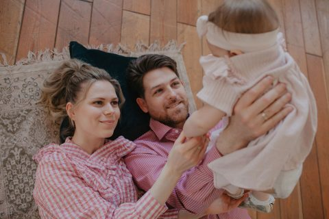 Mostrar familia cargando a bebita